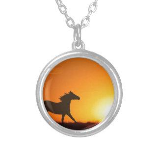 Cheval courant au coucher du soleil pendentif rond