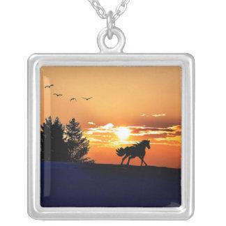 cheval courant - cheval de coucher du soleil - pendentif carré