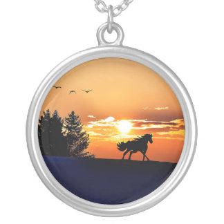 cheval courant - cheval de coucher du soleil - pendentif rond
