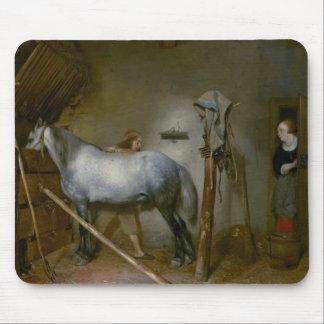 Cheval dans une écurie, c.1652-54 (huile sur le pa tapis de souris