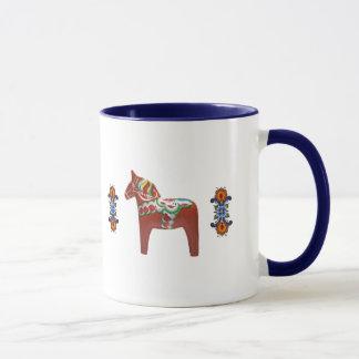 Cheval de Dala de Suédois avec le Norvégien Mug
