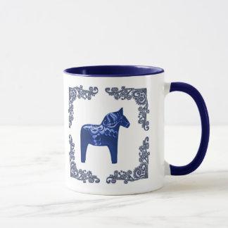 Cheval de Dala de Suédois avec le rouleau bleu de Mug