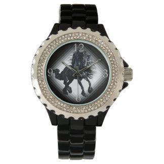 Cheval frison de beauté de noir d'étalon montres