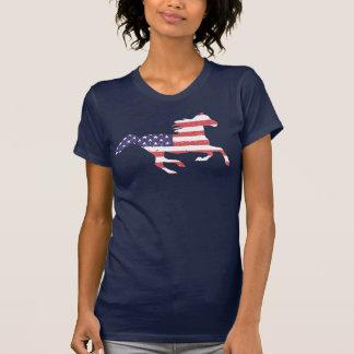 Cheval libre courant comportant le drapeau t-shirt