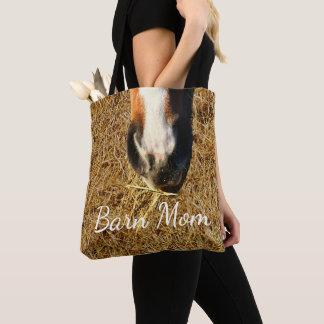 Cheval mangeant le sac fourre-tout à maman de