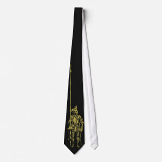 Chevalier en or d'armure sur la cravate noire