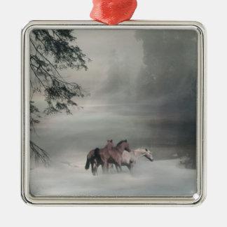 Chevaux dans l'ornement de Noël de neige Ornement Carré Argenté