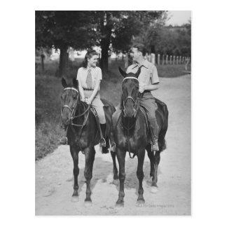Chevaux d'équitation de couples carte postale