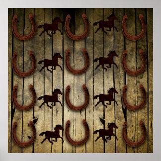 Chevaux et fers à cheval sur les cadeaux en bois affiche