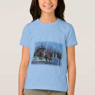 Chevaux et T-shirt de la fille sautante