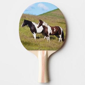 Chevaux sur le flanc de coteau raquette de ping pong