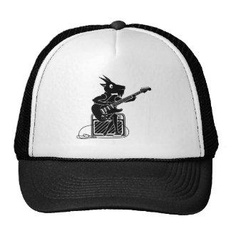 Chèvre noire et blanche jouant une guitare casquette