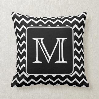 Chevron noir et blanc avec le monogramme fait sur coussin