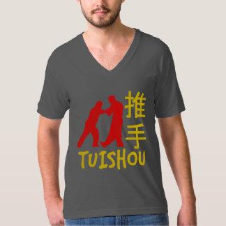 Chi de Tai poussant la chemise de mains T-shirt