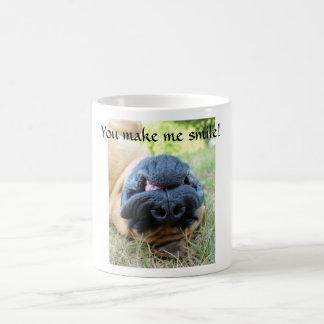 Chien anglais de mastiff souriant - tasse