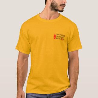 Chien aveugle voyant le T-shirt de personne d'oeil