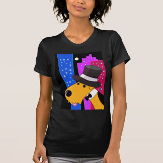 Chien d'Airedale Terrier dans le T-shirt des