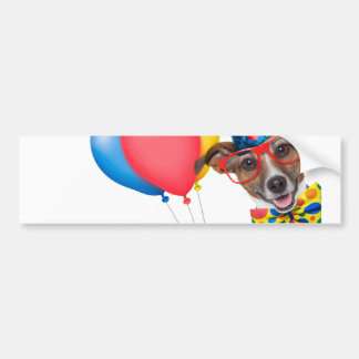 Chien d'anniversaire avec des ballons cravate et autocollant pour voiture