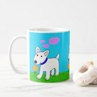 Chien de bull-terrier sentant une tasse de fleur