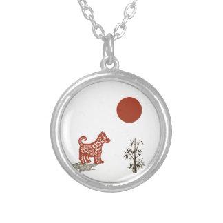 Chien de kanji sur le blanc pendentif rond