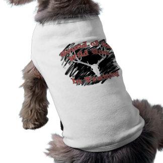 Chien de la chasse sauvage dans la pièce en t de t-shirt pour chien