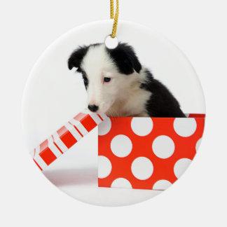 Chien de Noël dans une boîte-cadeau Ornement Rond En Céramique