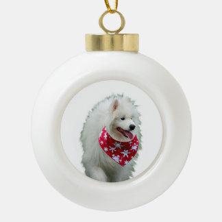 Chien de Samoyed avec l'ornement rond de Noël de Boule En Céramique