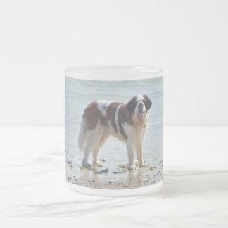 Chien de St Bernard à la plage, tasse en verre