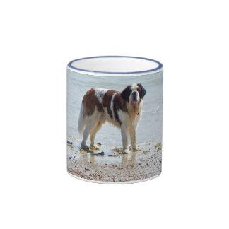 Chien de St Bernard à la plage, tasse, idée de Mug Ringer