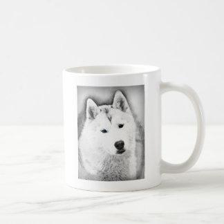 Chien de traîneau sibérien blanc avec le croquis mug