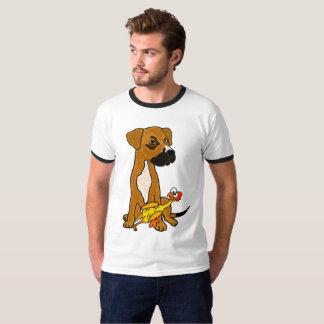 Chien drôle de mélange de boxeur avec le T-shirt
