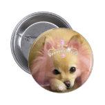 chien féerique de princesse avec la couronne de di badge avec épingle