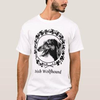 Chien-loup irlandais avec l'habillement de t-shirt
