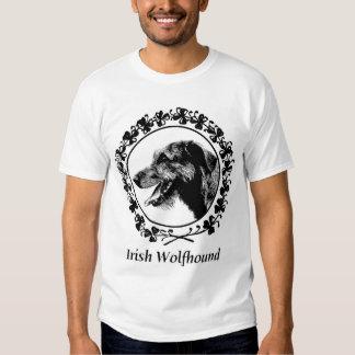 Chien-loup irlandais avec l'habillement de t-shirts