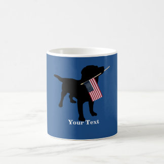 Chien noir de laboratoire avec le drapeau mug