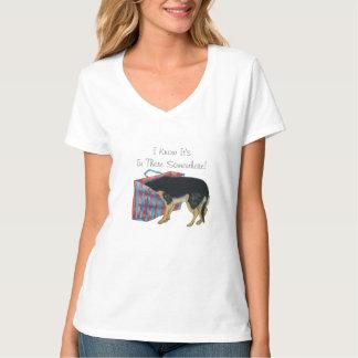 Chien noir et bronzage mignon avec la tête dans le t-shirt