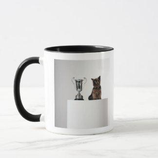 Chien près d'un grand trophée argenté mug