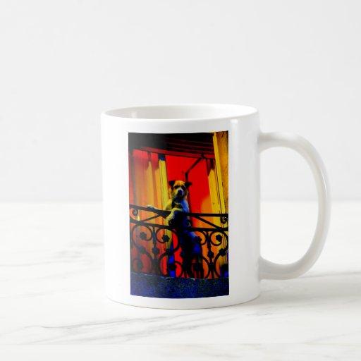Chien sur le balcon tasse à café