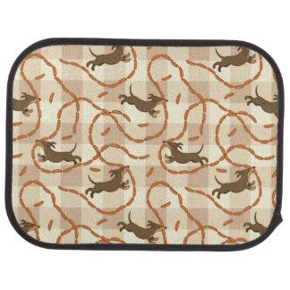 chiens chanceux avec l'arrière - plan de saucisses tapis de voiture