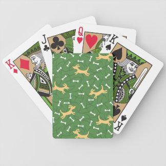 chiens chanceux avec l'arrière - plan d'os jeu de poker