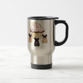 Chiens doux de carlin de petit gâteau mug de voyage