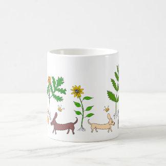 Chiens et chats et tasse de café de plantes