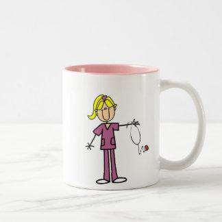 Chiffre femelle blond infirmière de bâton mug bicolore