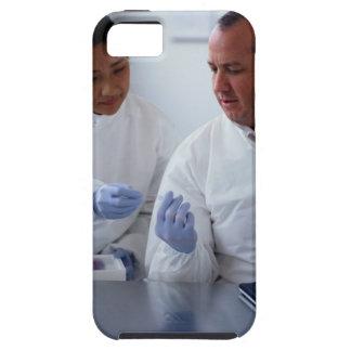 Chimistes regardant une plaque en verre ensemble coques iPhone 5