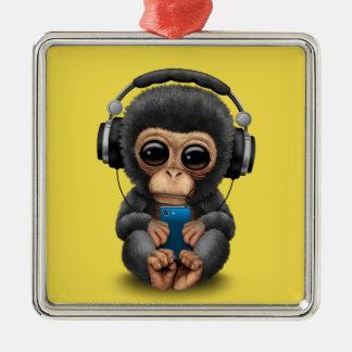Chimpanzé de bébé avec les écouteurs et le ornement carré argenté