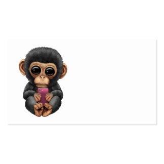 Chimpanzé mignon de bébé tenant un téléphone carte de visite standard