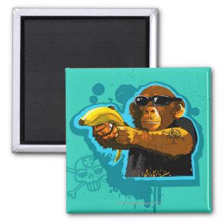 Chimpanzé tenant une banane magnet carré