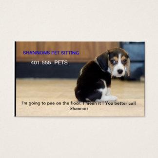 chiot de beagle, je vais faire pipi sur le cartes de visite