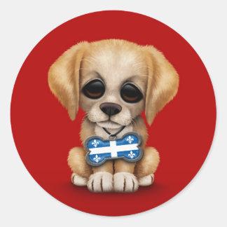 Chiot mignon avec l'étiquette de chien de drapeau  autocollant rond