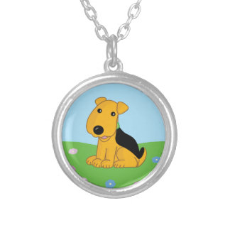 Chiot souriant d'Airedale en collier de champ